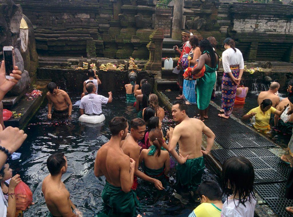 ティルタ・エンプル寺院で沐浴。
